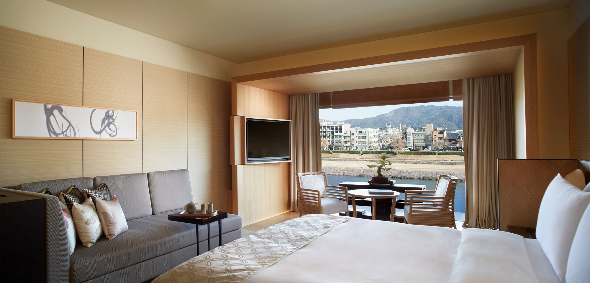 Luxury_King Bedroom.png